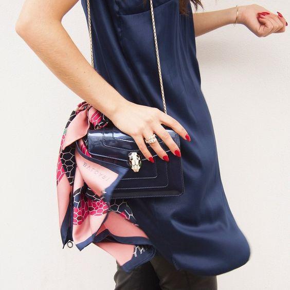 Lenços ficam um charme nas bolsas imagem via pinterest
