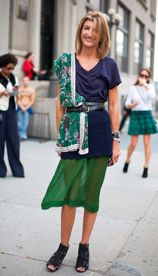 street-style-look-tshirt-azul-saia-midi-verde-lenco