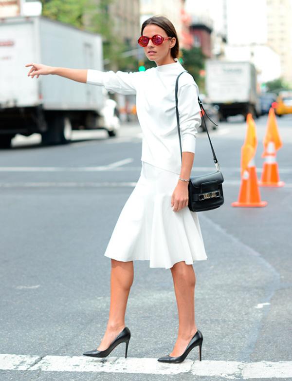 look-all-white-saia-branca-evase-blusa-branca-e-scarpin-preto-160811-030431